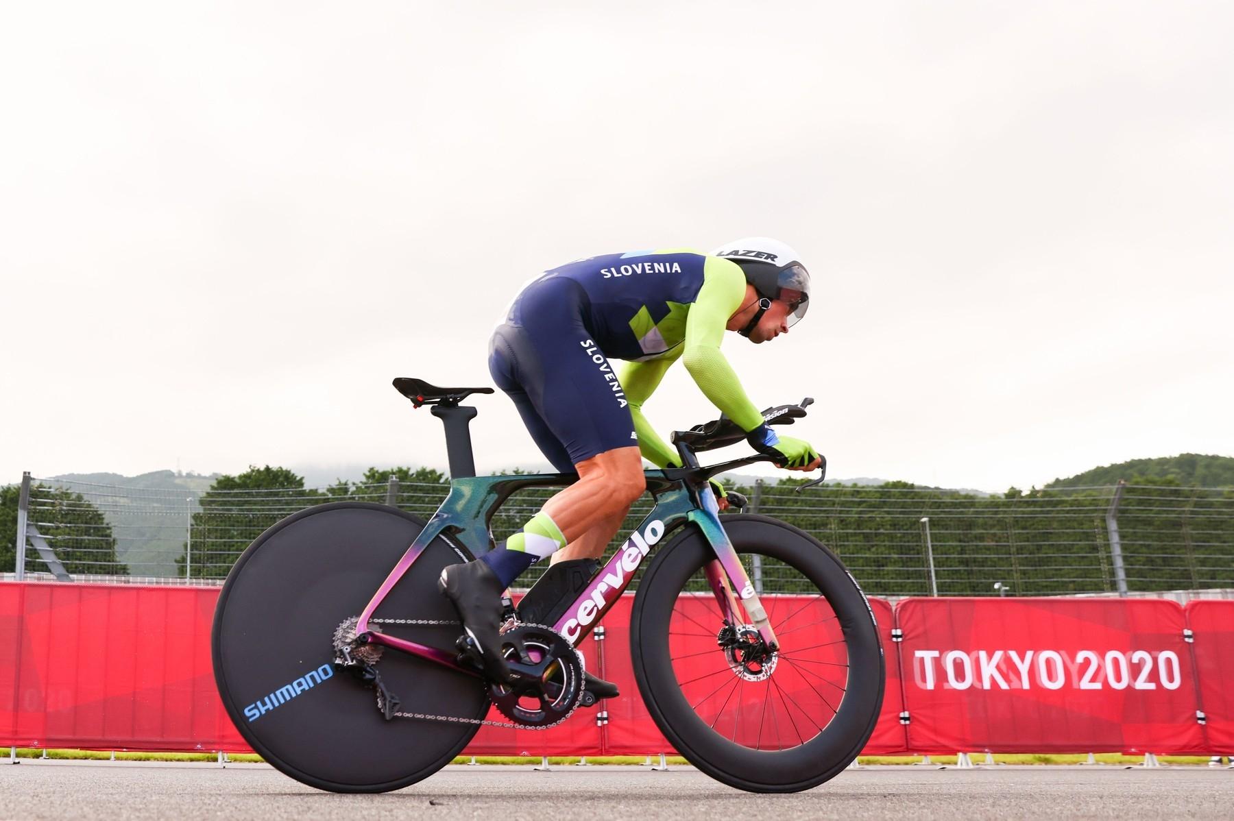 Primož Roglič drtí pedály při časovce na olympijských hrách v Tokiu. Foto: profimedia (3x)