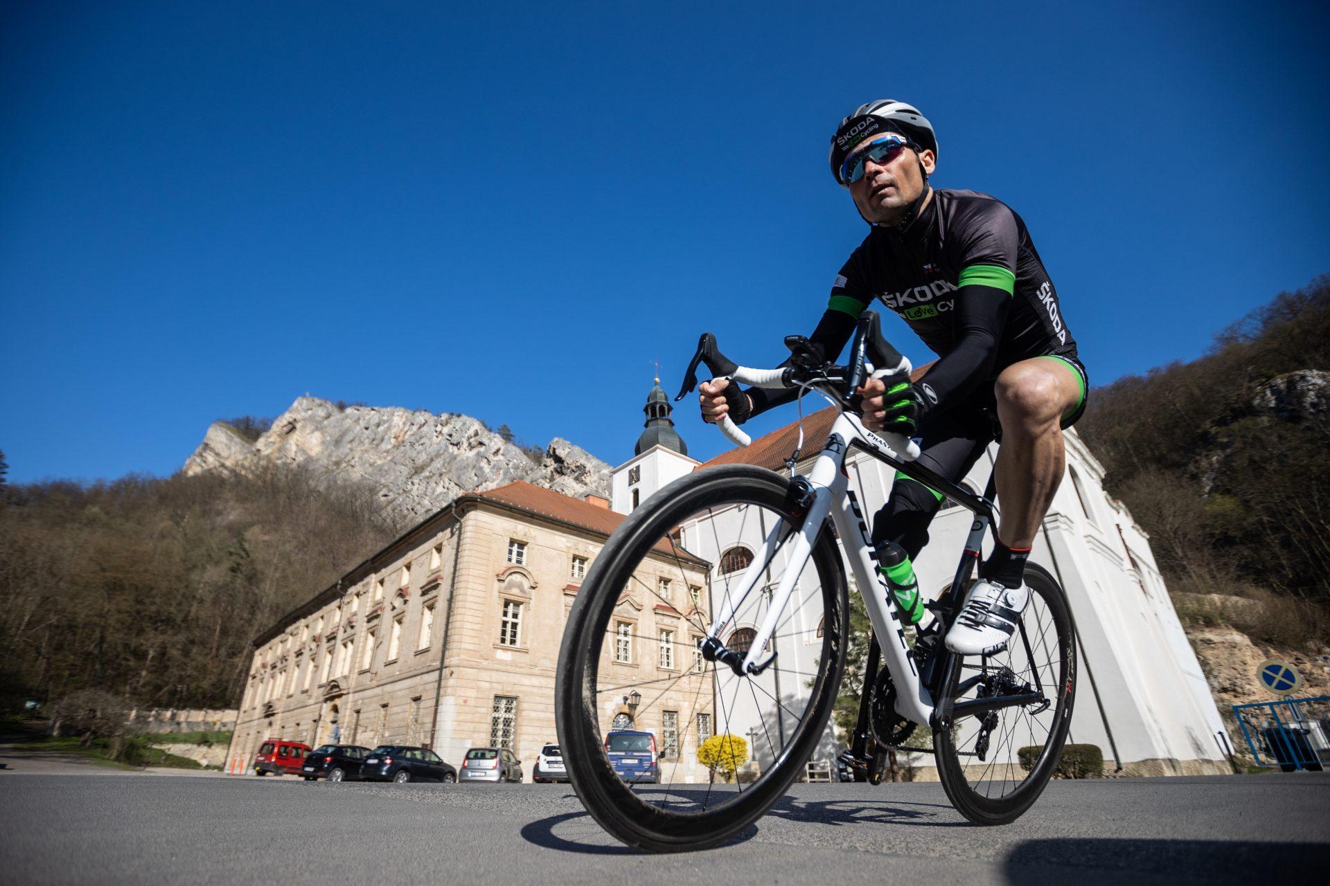Jiří Ježek na trase L'Etape Czech Republic by Tour de France při sjezdu ze Svárova.