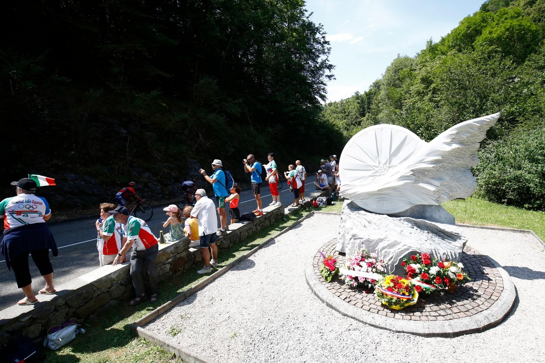 Tragédii Fabia Casartelliho připomíná památník těsně za krajnicí silnice. Foto: profimedia (3x)