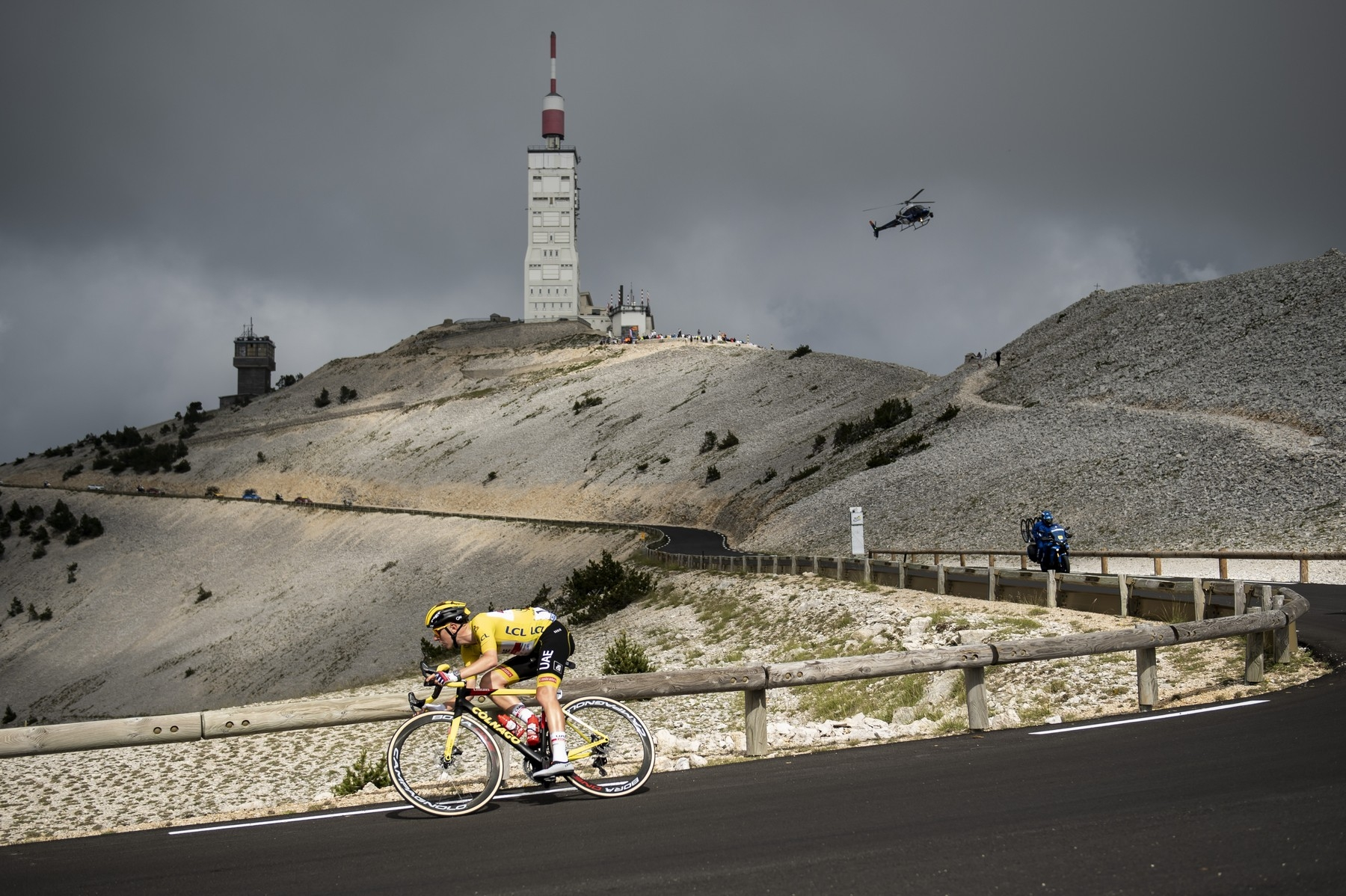 Tadej Pogčar ve žlutém trikotu lídra při sjezdu z Mont Ventoux. Foto: profimedia (2x)