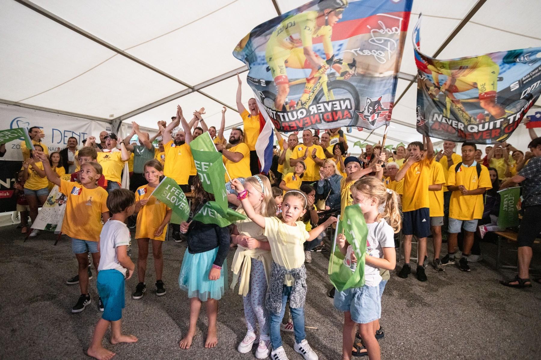 Fanoušci ve slovinské Komendě, rodišti Tadeje Pogačara, oslavují vítězstvího svého hrdiny na Tour de France 2021. Foto: profimedia (7x)
