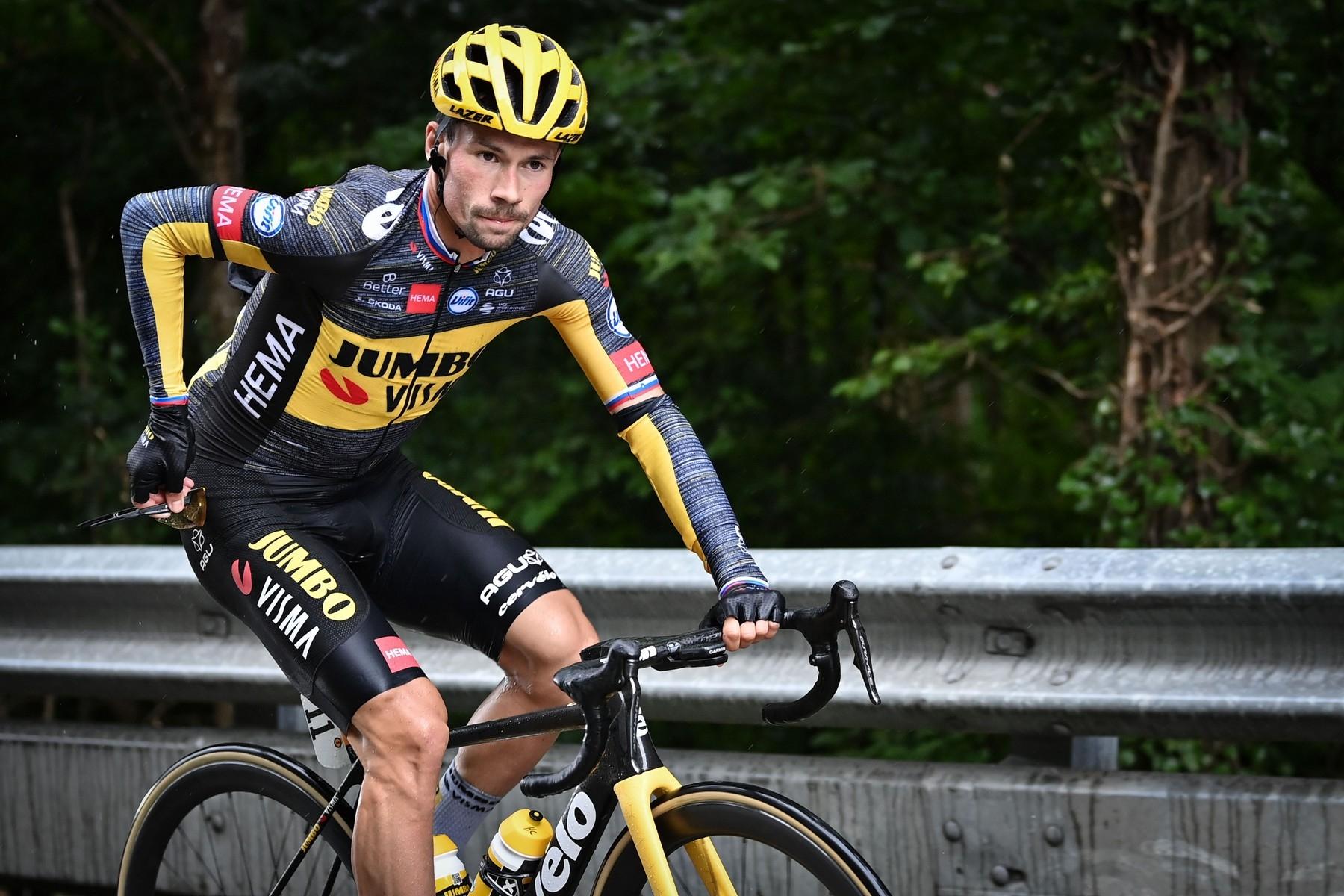 Primož Roglič a jeho vyčerpaný výraz při Tour de France, kde překonával velké bolesti, aby nakonec odstoupil. Foto: profimedia (2x)