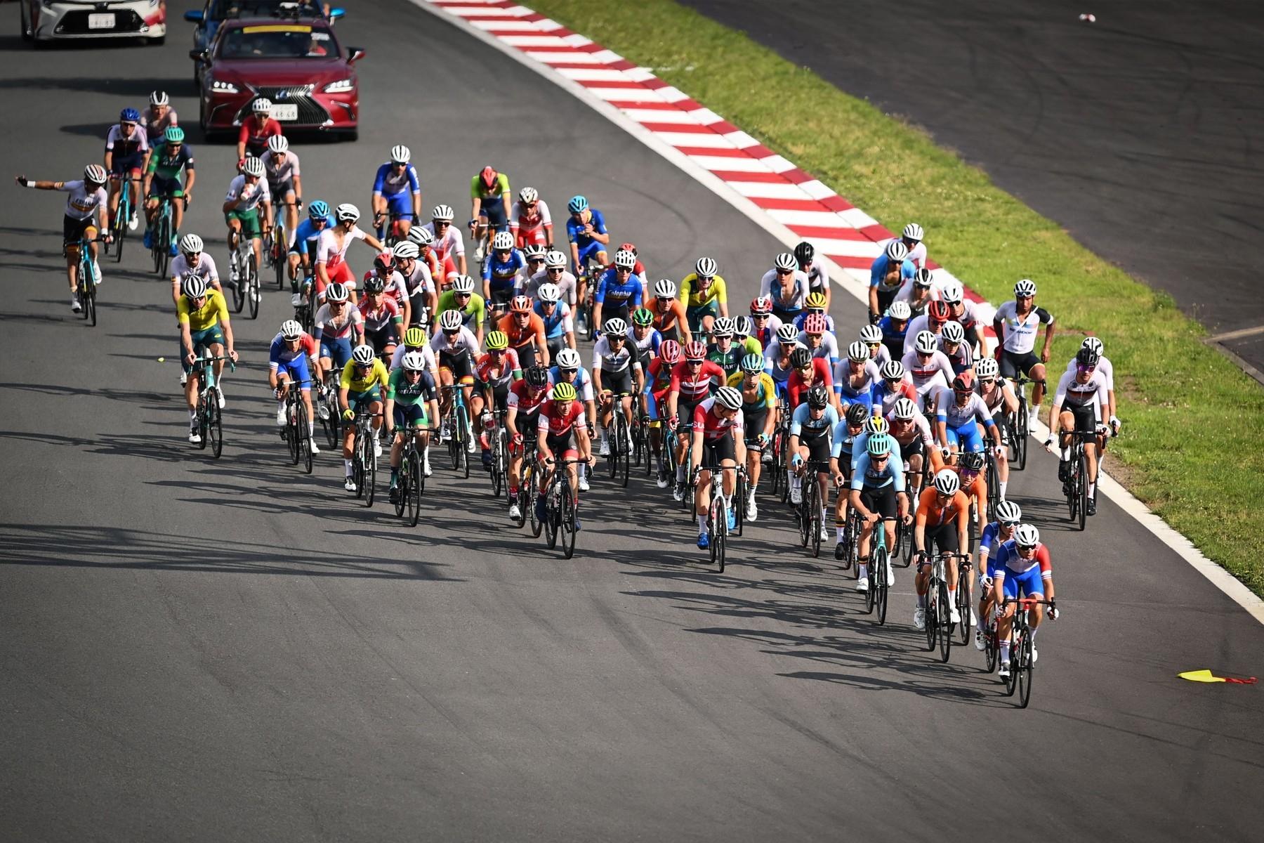 Peloton na olympijských hrách byl v Tokiu naposledy rozdílný pro závod žen a mužů z hlediska počtu účastníků. Foto: profimedia (2x)