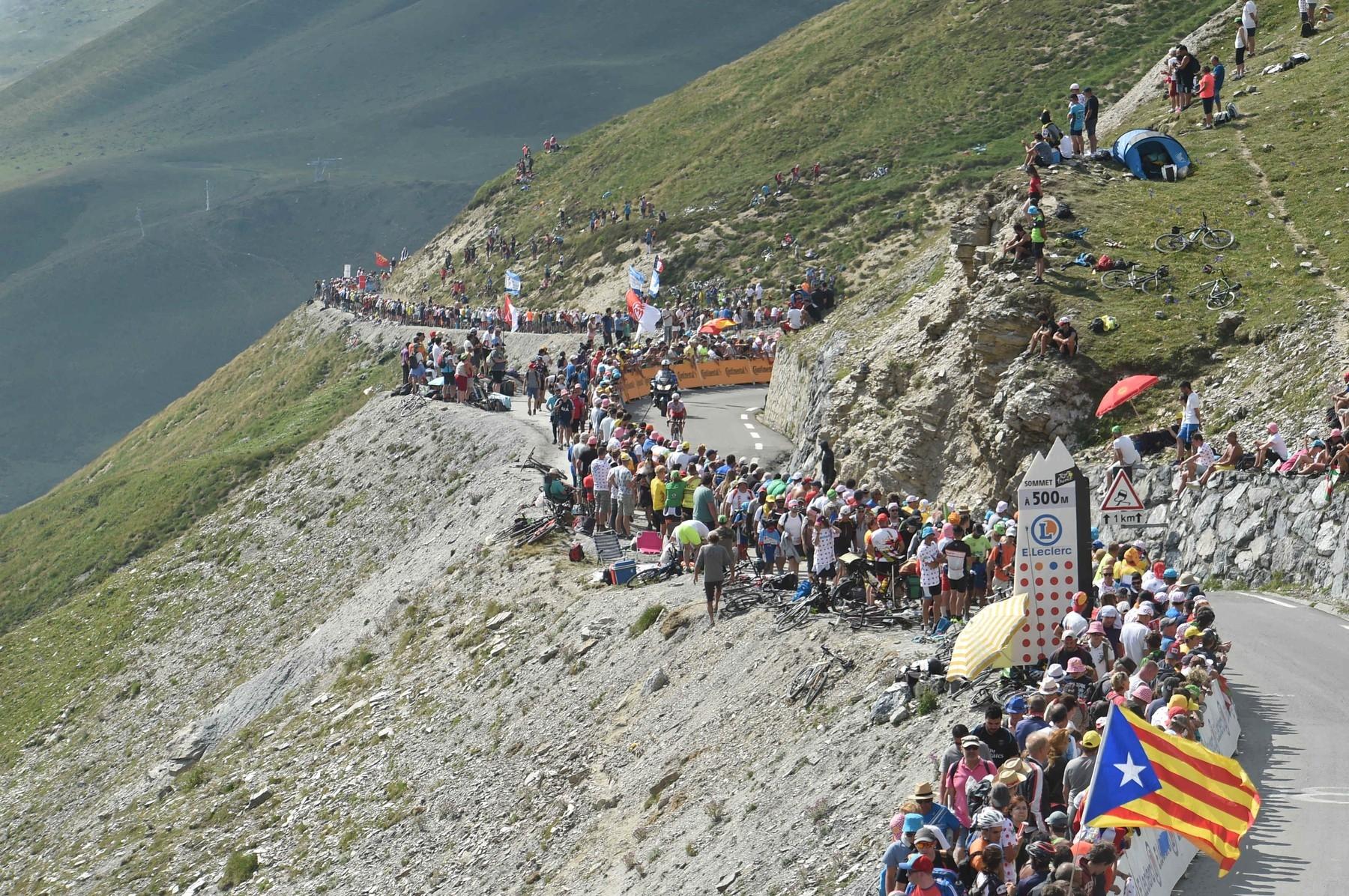 Tourmalet nabízí vždy jedinečné bitvy a silnice je pokaždé v obležení fanoušků. Foto: profimedia (3x)