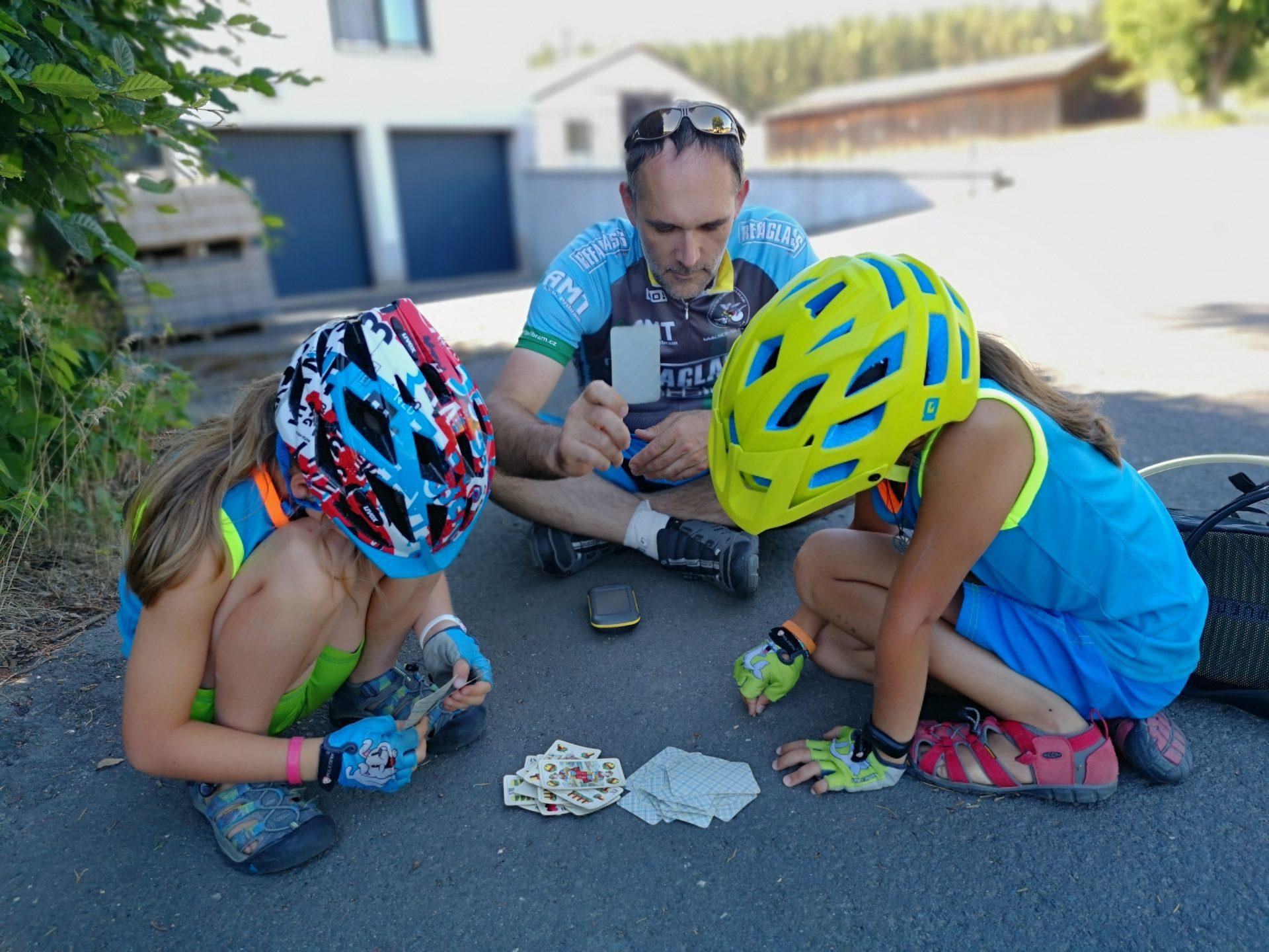 Obyčejné karty představují vhodný způsob zpestření dovolené na kole.