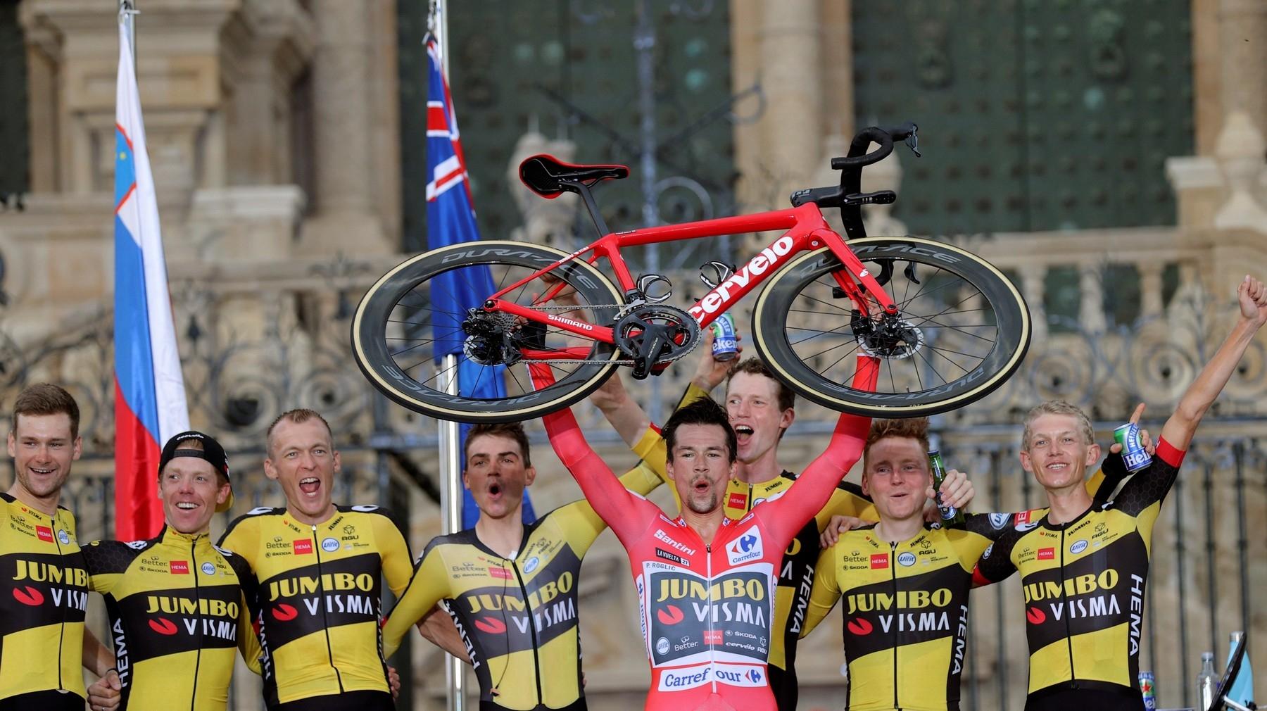Primož Roglič a družina jeho domestiků po triumfu v závodě Vuelta 2021.