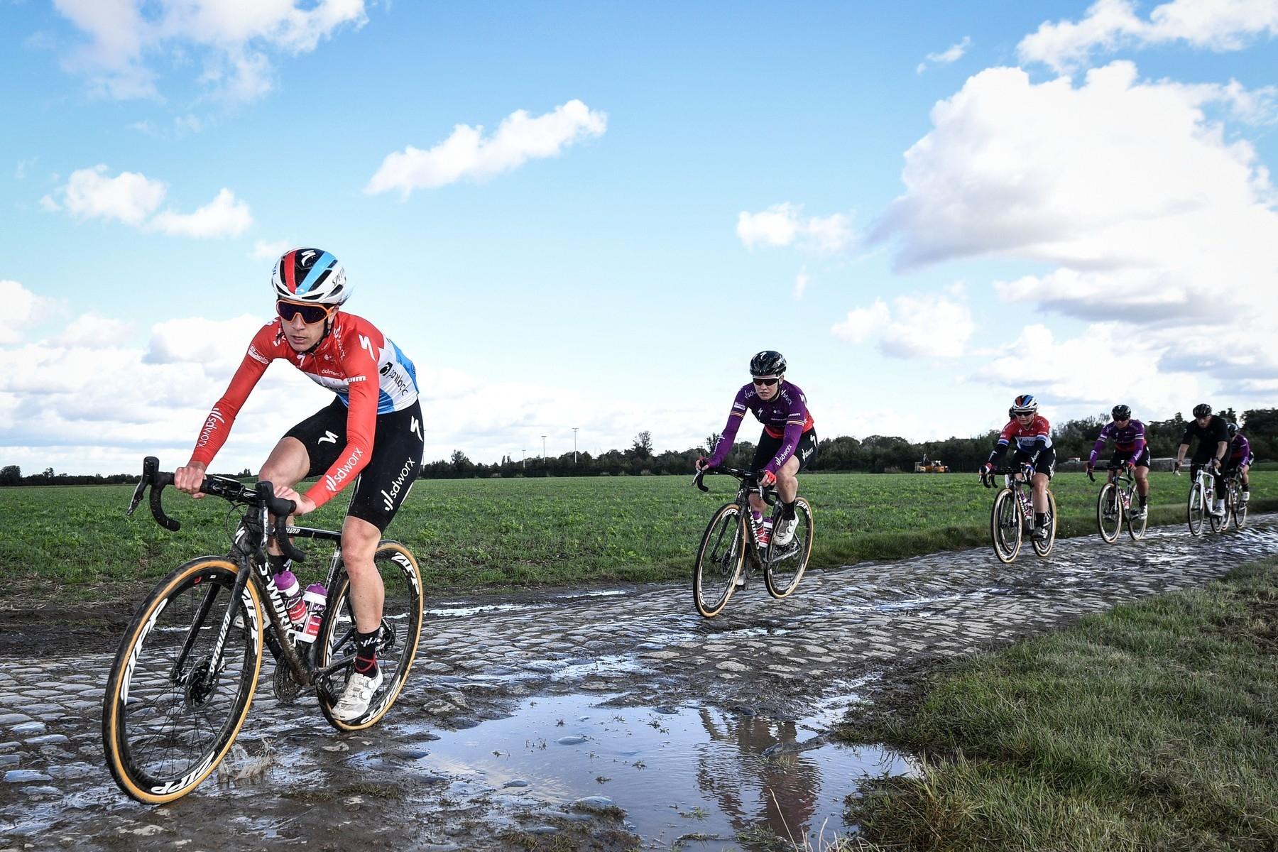Paříž-Roubaix 2021, aneb už tréninkové jízdy provázely deštivé scény a hluboké kaluže.