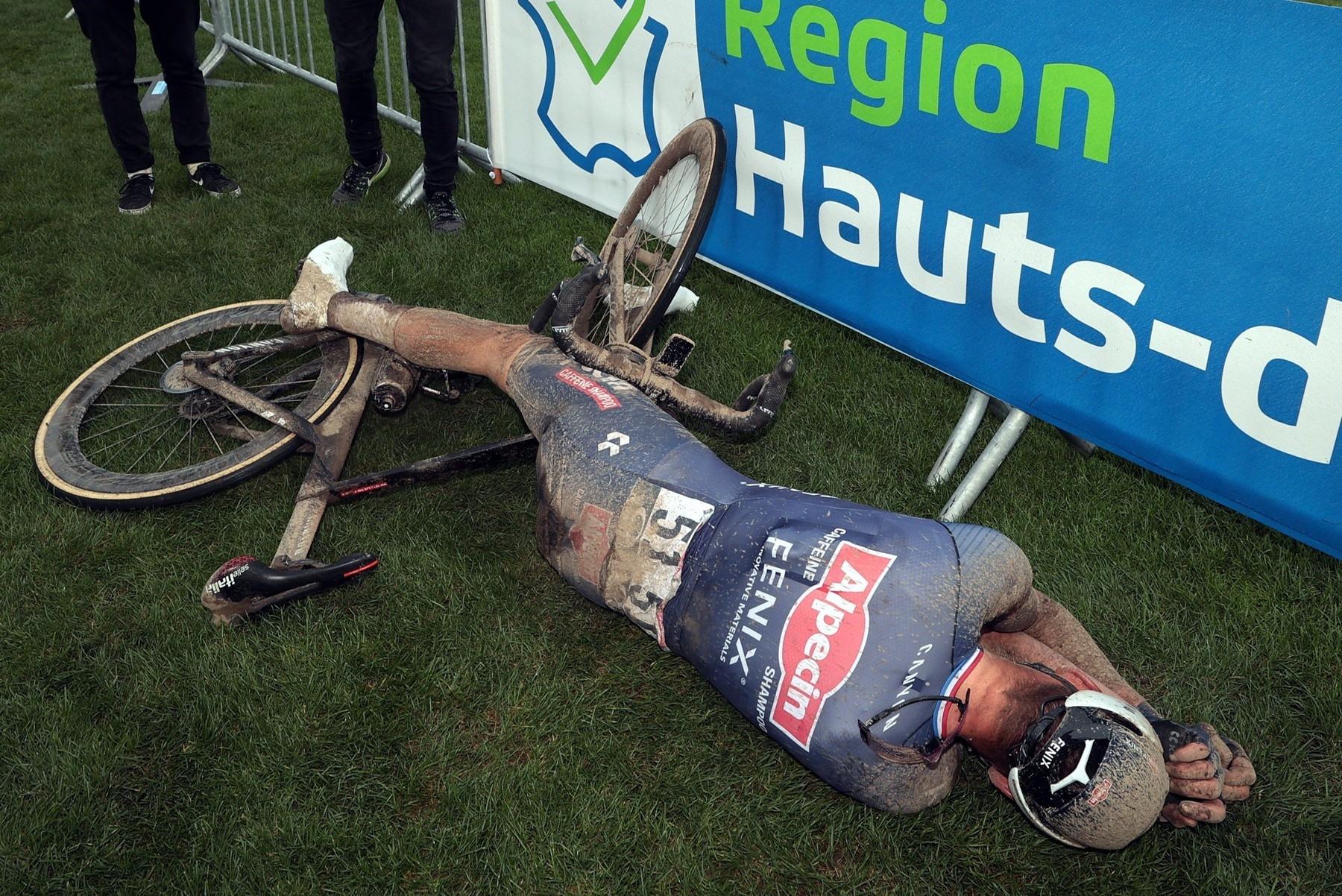 Mathieu van der Poel a jeho totální vyčerpání v cíli Paříž-Roubaix 2021.
