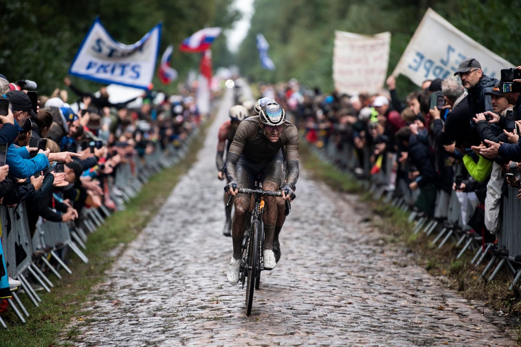 Mathieu van der Poel táhne skupinu na jednom z kostkových sektorů při Paříž Roubaix 2021.