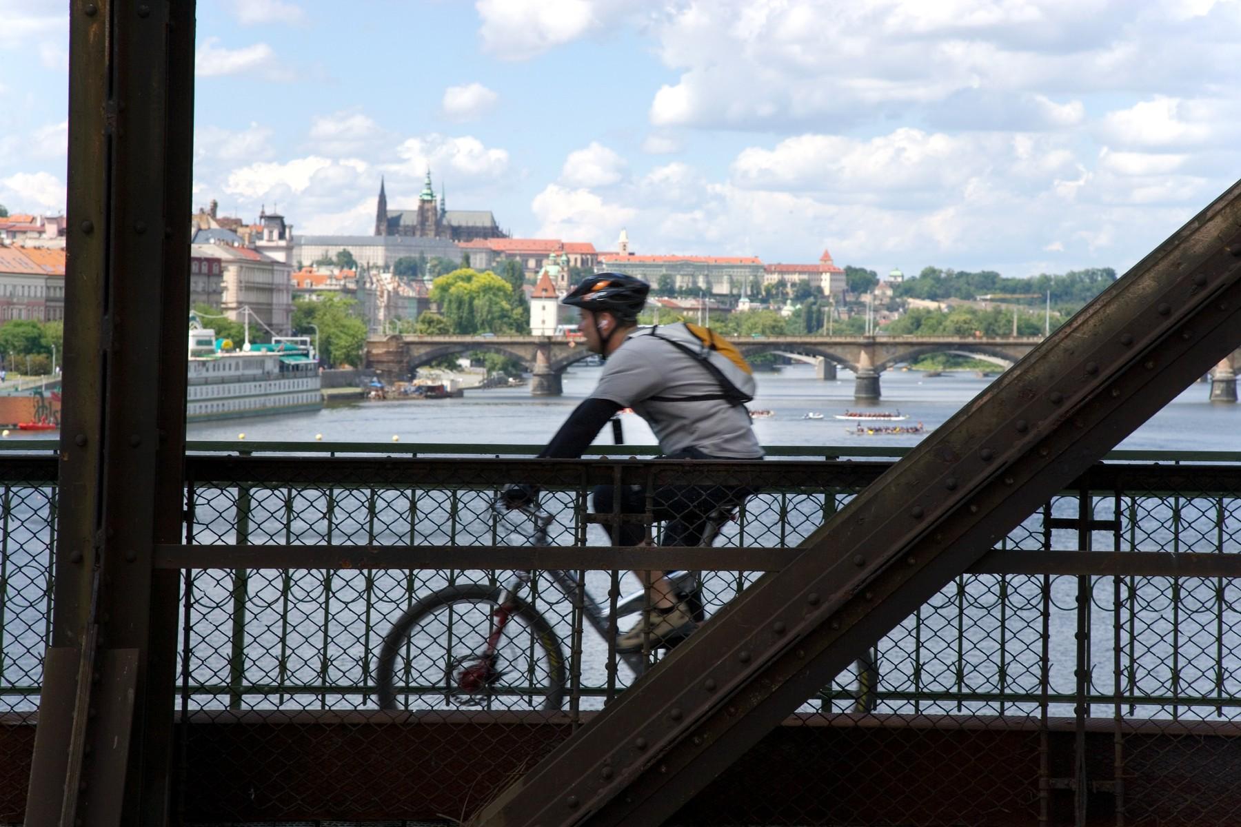 Prazsky hrad, Hradcany a reka Vltava ze zeleznicniho mostu, Praha, Ceska republika