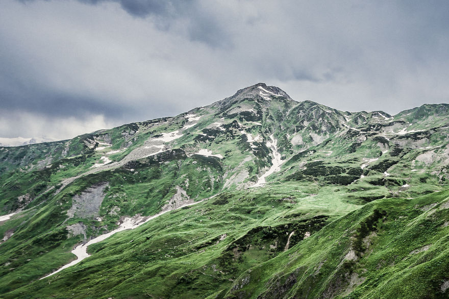 couple-sharing-stunning-photographs-from-their-mountain-bike-adventure-in-the-georgian-caucasus4__880