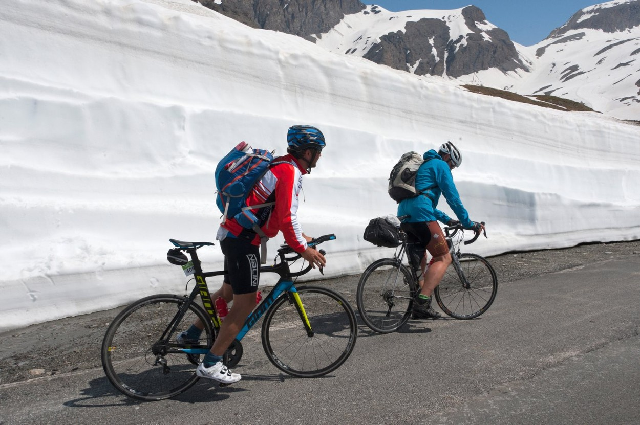 Przyjaciele jadący na Col de l'Iseran